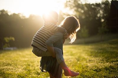 ママと子ども。今日は二人だけで月を見上げて、夢の話をしてみませんか。