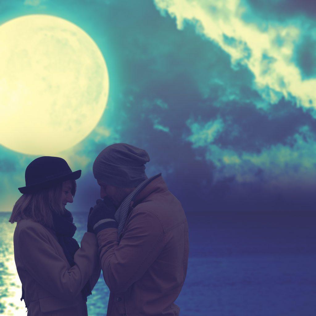 「月が綺麗ですね」隣の男性にそう声をかけられた・・実は愛の告白だったら!?