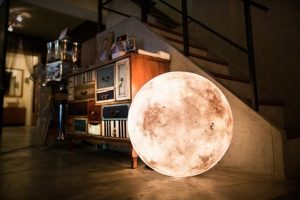 自分の部屋で今日から月の輝きを楽しめたら、と想像してみてください。