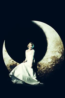 本日、珍しい10月の中秋の名月に向けて膨らむ上弦の月。出逢いをキャッチし、膨らませましょう♪