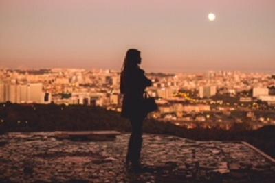 スマホの影響?毎日下を向く生活から「月」を見上げる「上向き」生活に!