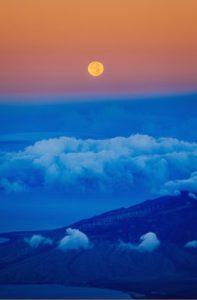終わりと始まりを応援するのが満月。月のリズムでハッピー思考への切り替え力を身につける!