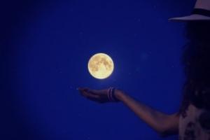 ストレスが気になるときは、おなかをマッサージ!?そして月のリズムは腸のケアに最適なおとめ座に。