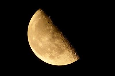 月を見上げて宇宙を感じ、不安や悩みを手放してみませんか?
